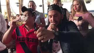 A Traves Del Vaso El Flaco De Los Recoditos Desde Guatemala Cantándole A Fans