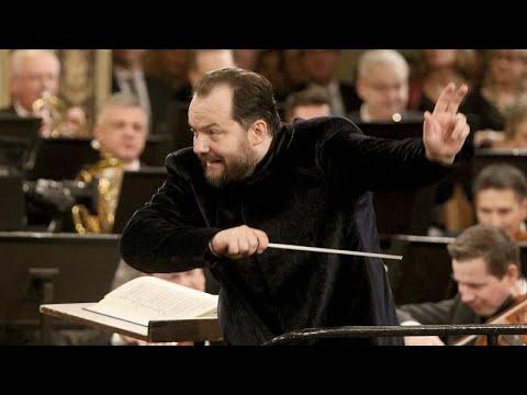 Lett karmester dirigált Bécsben
