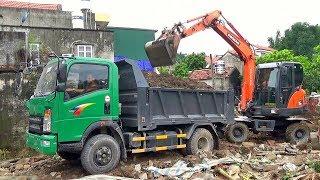 Bé xem máy xúc đào và múc đất lên xe ô tô tải   Nhạc thiếu nhi : Bé rất ngoan   Tientube TV