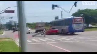 Caixão cai de carro de funerária em avenida movimentada