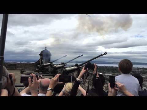 Bird almost gets hit by one o'clock gun at Edinburgh Castle