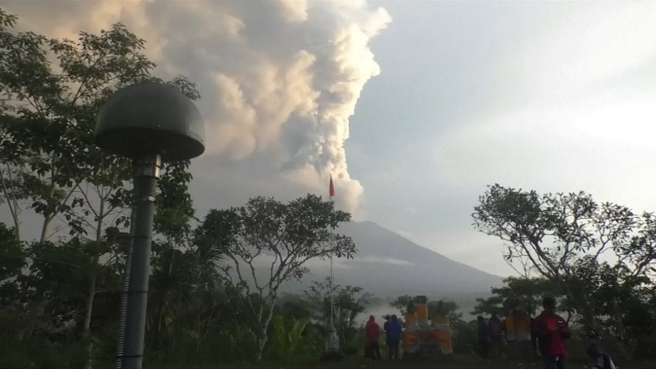 Airlines try to reduce losses over Bali volcano