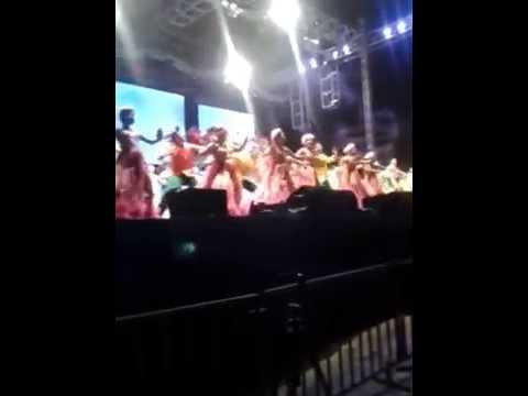 Los más de 200 bailarines que hicieron parte de la revista en la inaguración de #FiestaDelMar