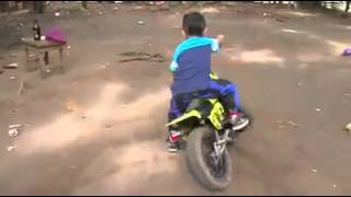 whatsapp latest funny videos small kid showing stunts on his mini bike