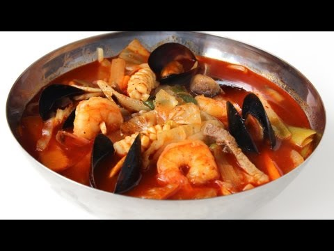 Korean spicy seafood noodle soup (jjampong)