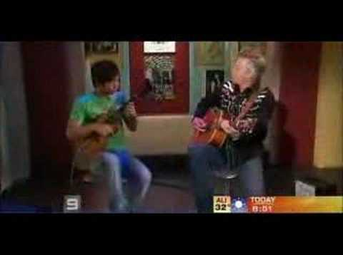 Tommy Emmanuel / J.Shimabukuro: While My Guitar Gently Weeps