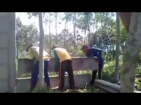 3 orang saja pasang pagar panel beton tinggi 240cm / 6 panel