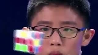 Arma tres cubos de Rubik en el aire con técnica que te dejará perplejo