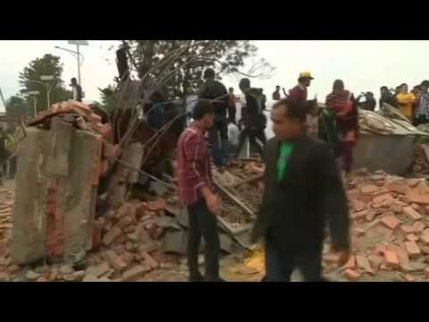 Devastating Nepal quake kills over 900, some in Everest avalanche