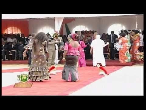 Salif Keita chante en choeur avec le président Alassane Ouattara à Grand Bassam