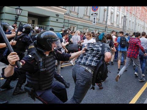 В Москве полиция избила участников акции против пенсионной реформы