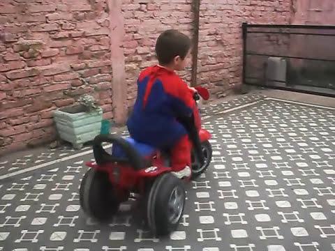 HOMBRE ARAÑA EN MOTO