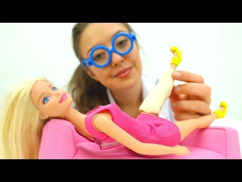 Видео для детей. Веселая школа с Катей. Кукла БАРБИ в ГИПСЕ! Что случилось? 🤔Больничка для игрушек