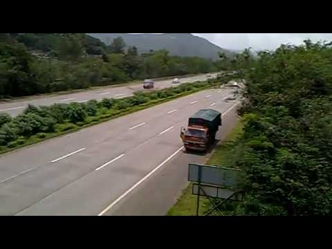 Car Accident - Mumbai Pune Expressway video