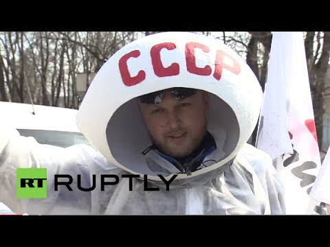 Russia: Yuri Gagarin honoured by hundreds on Cosmonautics Day