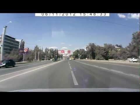 Алик переползает дорогу перед девушкой за рулем