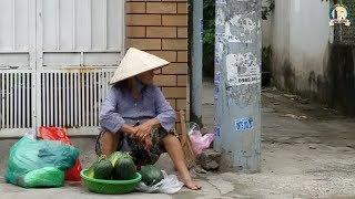Gặp cụ bà 81 tuổi bán 4 trái dưa hấu kiếm sống bên vỉa hè siêu dễ thương