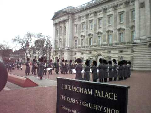 Buckingham Palace Guard's hat tip to Star Trek! Video