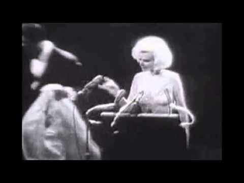 ¡Mirá a cuánto subastaron el vestido con el que Marilyn Monroe le cantó a Kennedy!