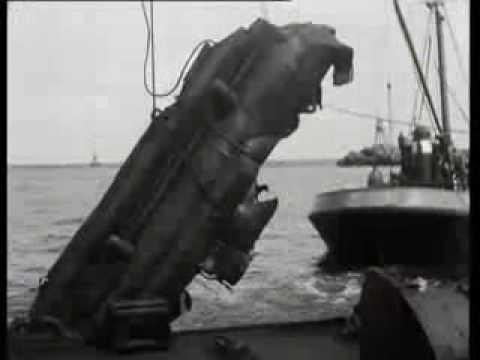 Eenmansduikboot in de haven van IJmuiden gelicht