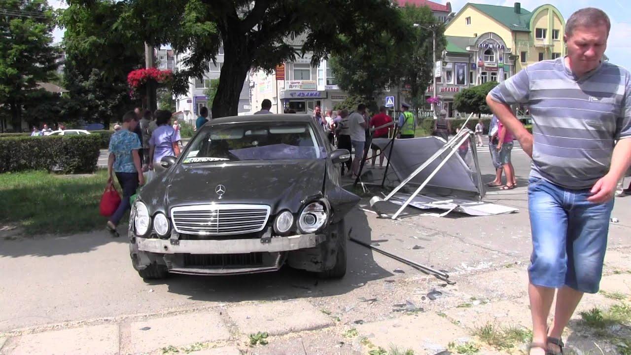 У Калуші «Мерседес» вилетів на тротуар, де на лавочці відпочивали пенсіонери