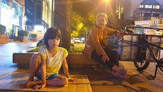 Thương em bé mồ côi co ro giữa đêm lạnh Sài Gòn đi nhặt ve chai cùng bà ngoại 70 tuổi