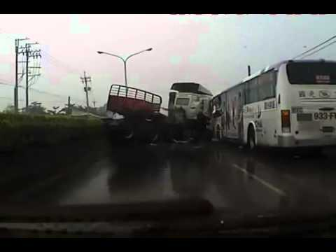 Грузовик VS автобус на скользкой дороге
