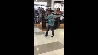 download musica garotinho arrasa cantando LISTEN em karaoKê do shopping