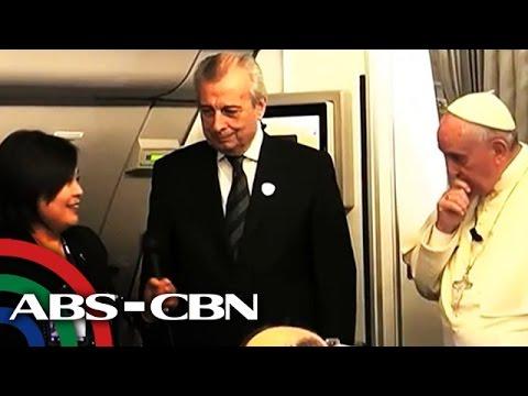 Pope Francis binasbasan ang mga rosaryo ng reporters