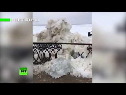 В Сургуте ледоход на Оби снёс ограждение набережной