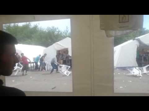 Podívejte se na hromadnou syrsko-afghánskou rvačku v utečeneckém táboře