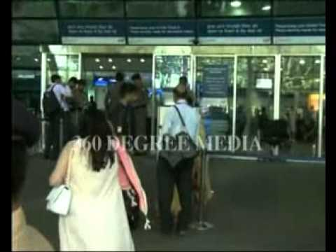 Hot Sexy Karishma Kapoor And All Celebrities At Mumbai Airport- Saifeena's Wedding Party video