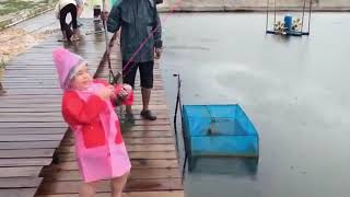This little fisher girl make everyone shock