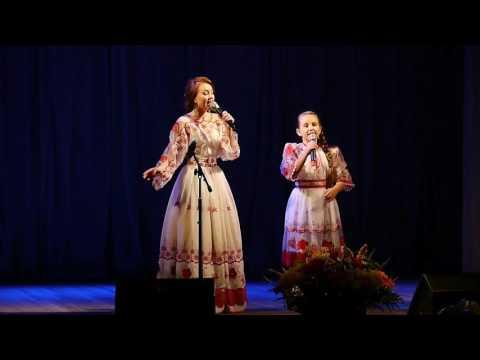 В горнице_  дуэт Катя Погрешаева и  Елизавета Антонова