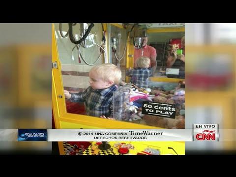 Niño queda atrapado en una máquina de juguetes