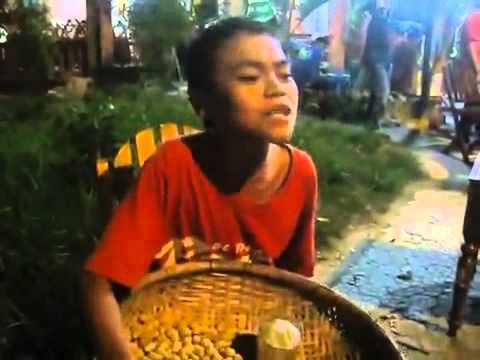 Em bé bán hàng rong hát Mưa Thủy Tinh