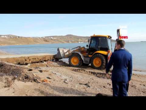 Сносят забор на пляже/Demolition of the fence in Crimea