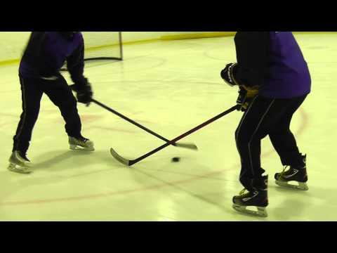 Упражнение для хоккеистов: Пропускание шайбы под клюшкой соперника