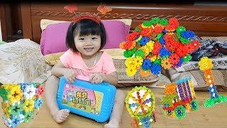 Bé Hà Thanh chơi trò ghép hình ngôi nhà cho thú cưng cùng với mẹ l Super Baby Life