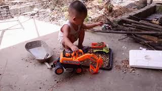 Máy xúc đất lên xe tải.bé nghiện máy xúc tự chơi một mình