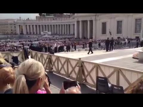 Papa Francisco atrapa una pelota de béisbol