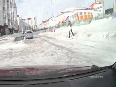 Из-за сильного ветра и гололеда люди не могут перейти дорогу. ВИДЕО