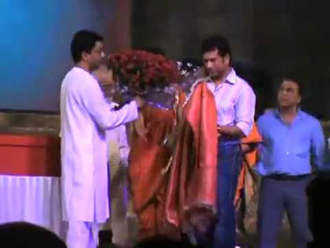 Mr Raj Thackeray felicitating Sachin Tendulkar