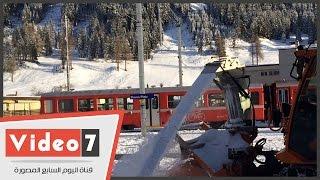 """بالفيديو.. """"الجرافات"""" أثناء إزالة الثلوج من محطة قطار """"دافوس"""" بسويسرا"""