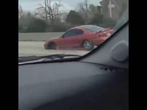 あれっ?タイヤがない?!高速道路を走行する車