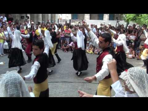 2010 0411 15:08 CeltFest Cuba: Street Parade - Dancing in Plaza de Armas