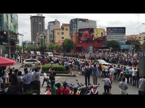 [TRỰC TIẾP] Tổng thống Mỹ Barack Obama chào người  Sài Gòn