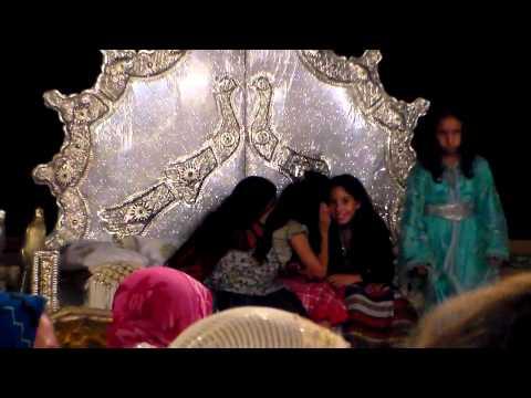 Bambine sul divano degli sposi, cerimonia nuziale in provincia di Fès, Marocco