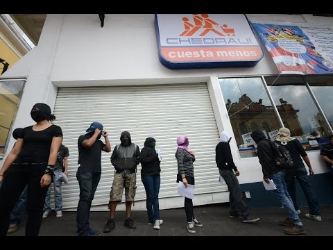 Estudiantes de Xalapa protestan afuera de Chedraui centro