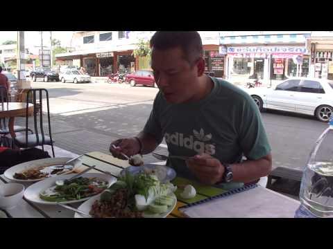 ผัดกระเพราหมูกรอบ ลาบหมู Mukdahan street food